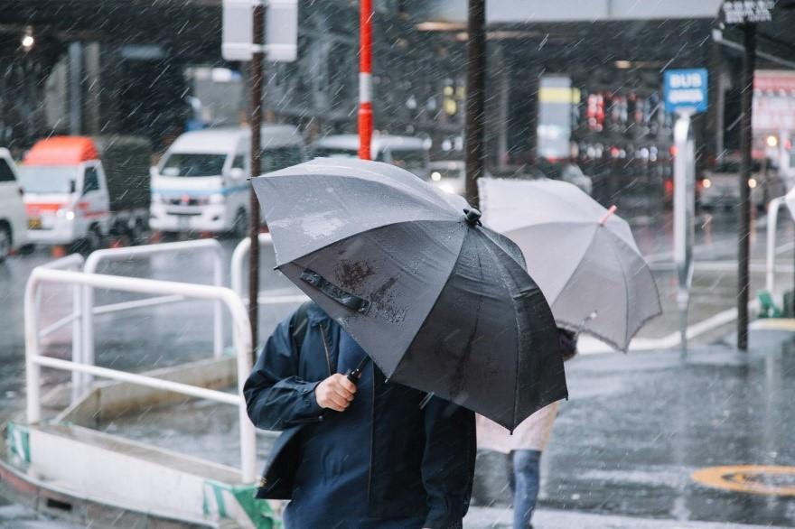 台風前に知らないとやばい雨戸の効果とは?タイプや壊れた場合についてのお得な情報も!!