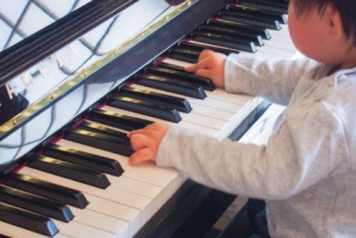 ピアノに触れさせて一緒に遊ぶ