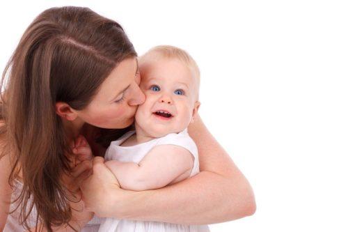 赤ちゃんとフルーツドレスの写真を撮る