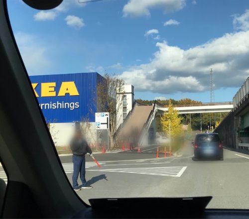 IKEA長久手の駐車場の前の道路