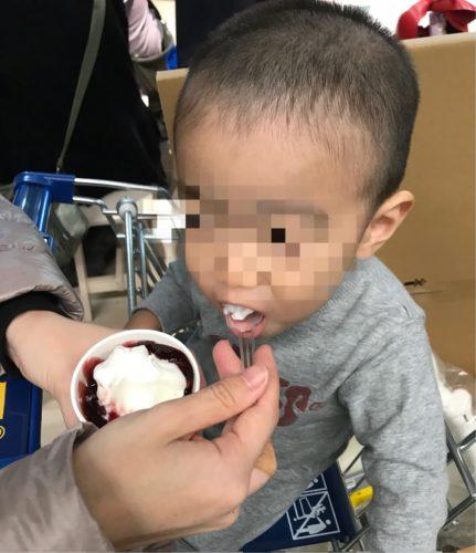 子供がアイスを食べてる