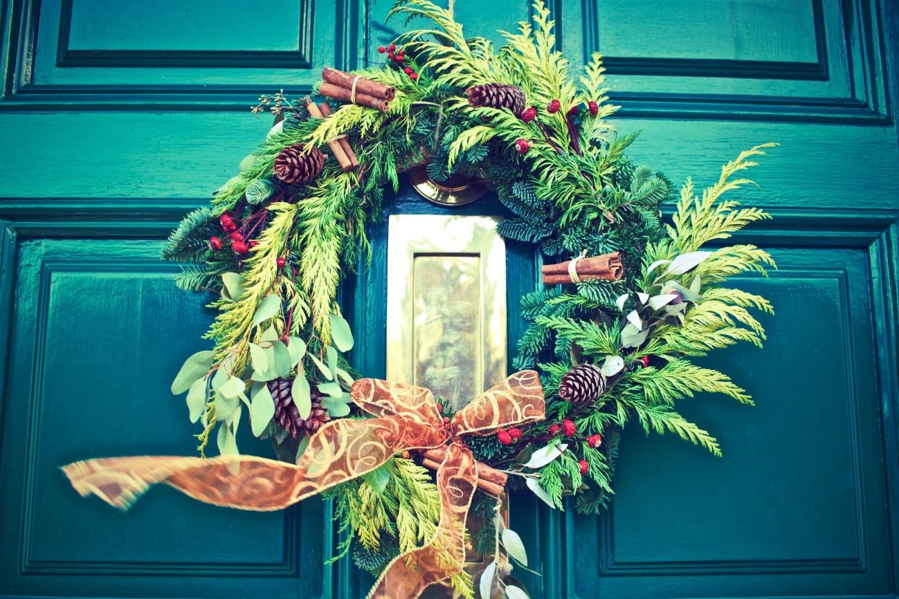 クリスマスのリース 玄関には?いつから?内側に取り付ける方法もご紹介!