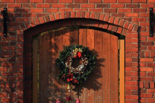 クリスマスのリース 玄関に取り付けするには?